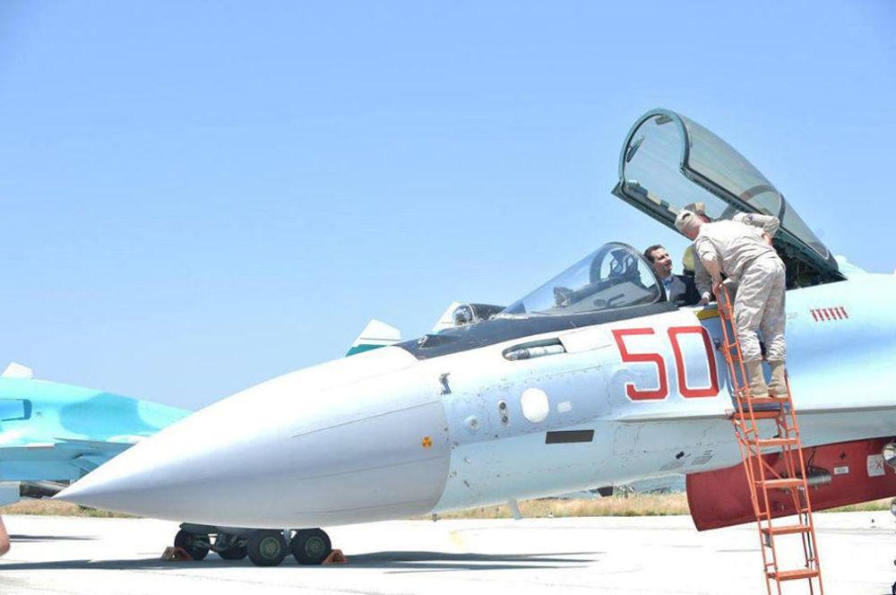 叙总统阿萨德坐进苏-35战机驾驶舱