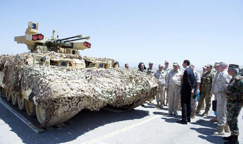 俄军为阿萨德组织了游览活动,展示了俄军武器