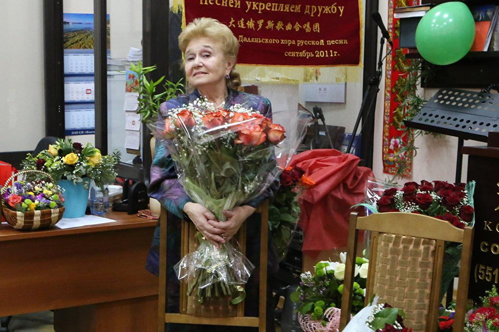 生日慶典:朋友和同事向庫里科娃贈送鮮花