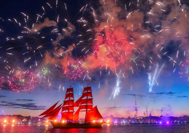 聖彼得堡「紅帆節」聚集了數萬名中學畢業生