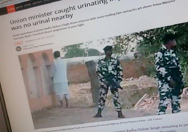 印度农业部长被抓拍到在户外小便