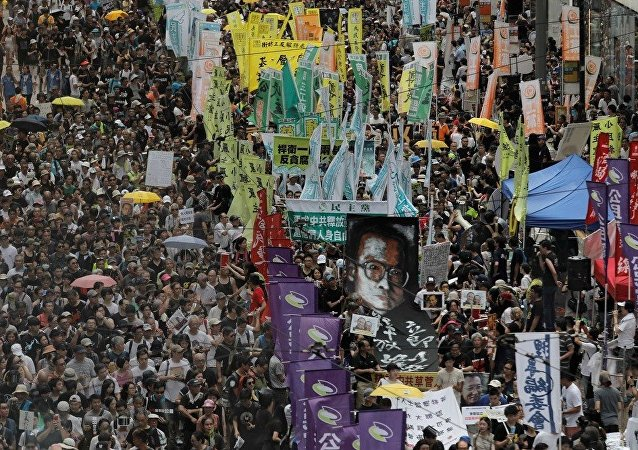 香港成千上万人举行游行数支持民主
