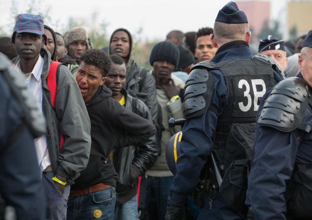 Беженцы в специально организованном центре по распределению мигрантов CAO рядом с лагерем Кале во Франции в день начала операции по сносу лагеря и распределению беженцев по другим центрам на территории Франции