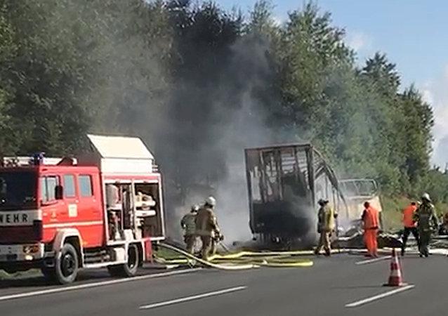 德国交通部:在烧毁的旅游大巴车中找到11具遗体