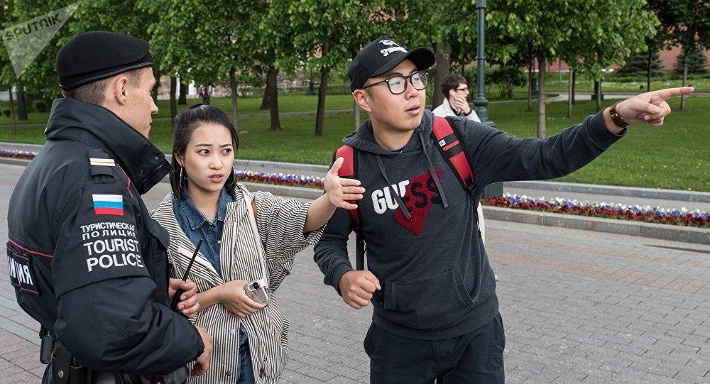 Сотрудники туристической полиции во время патрулирования в Александровском саду в Москве