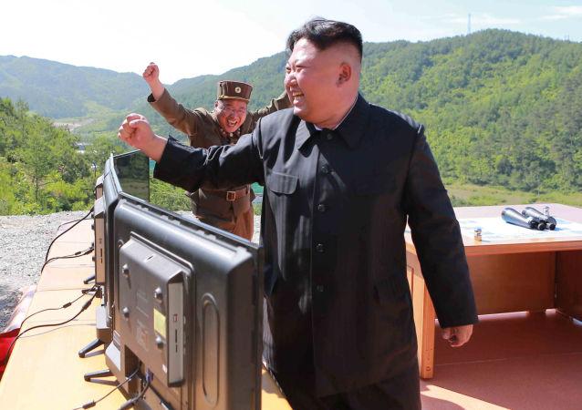 Ким Чен Ын во время запуска баллистической ракеты Hwasong-14 в Пхеньяне