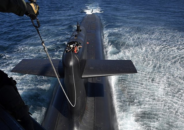 马克龙乘直升机空降核潜艇视察演习