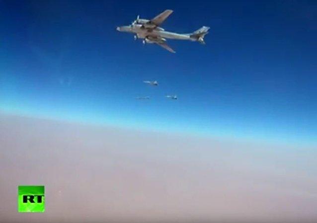 """图-95MC轰炸机携带最新的X-101巡航导弹打击在叙""""伊斯兰国""""阵地"""