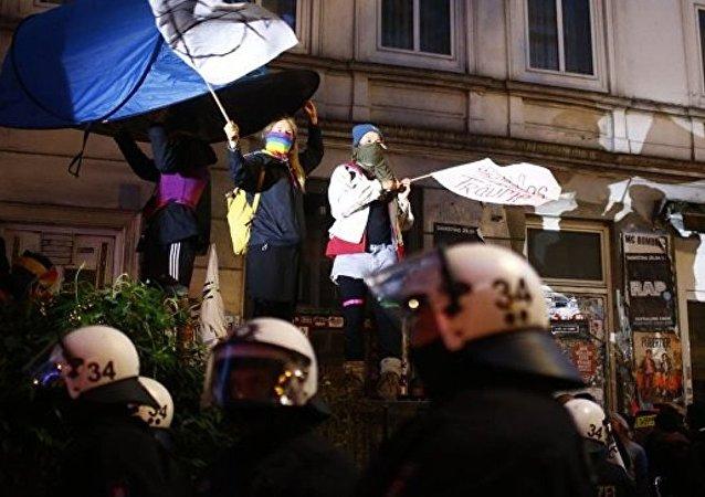 汉堡夜间骚乱导致5人被扣押 4名警察受伤