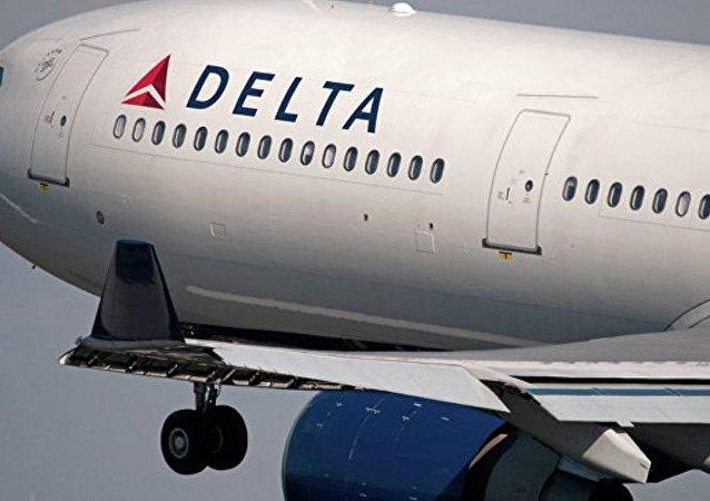 美国客机因一名乘客试图强闯驾驶室返航