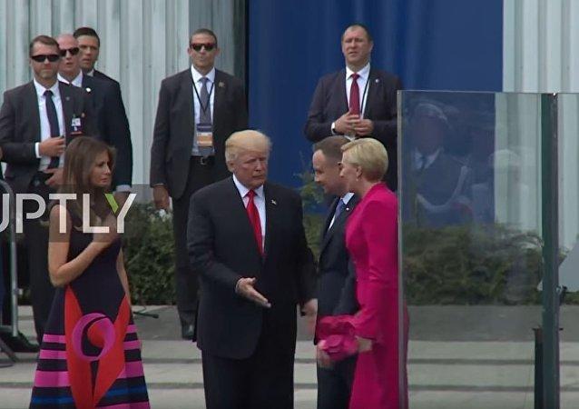 波兰总统夫人忽视特朗普握手请求