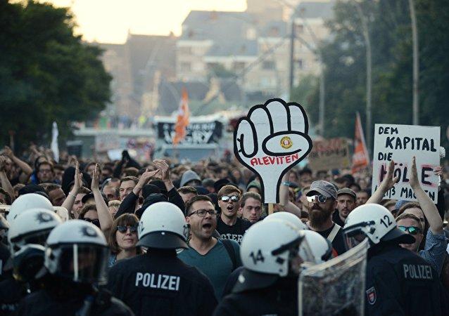 媒体:至少130名警察在与汉堡抗议者的冲突中受伤