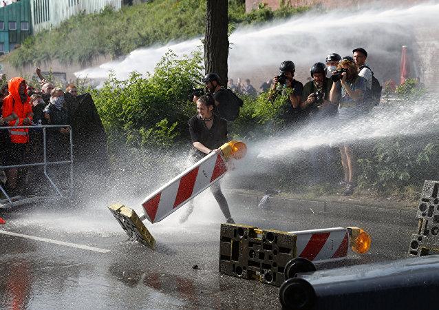 德国汉堡警方动用水炮驱散抗议人群