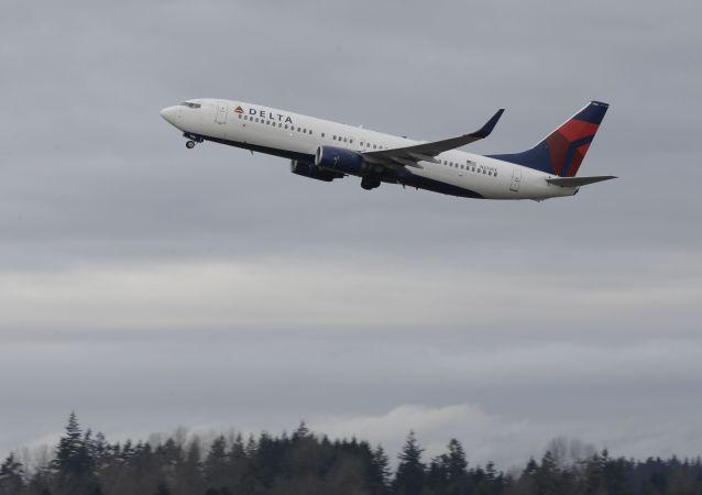 美国空乘人员用红酒瓶打爆一名狂躁乘客的头