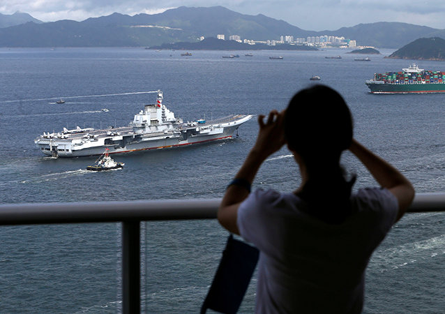 航空母舰辽宁号抵达香港