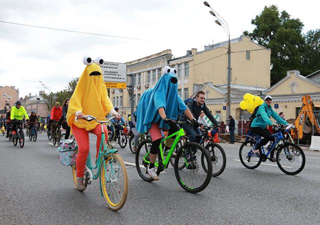 一萬余人參加莫斯科自行車夜騎活動