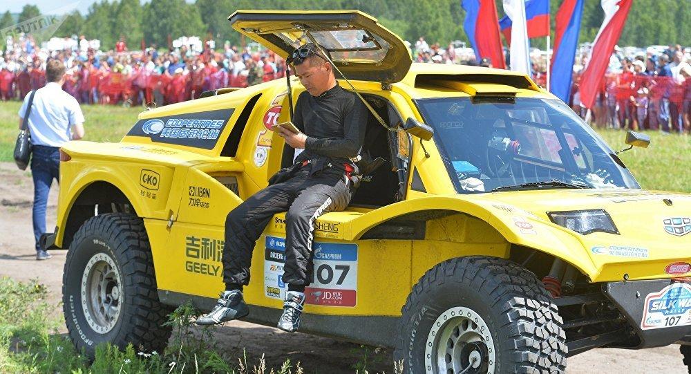 Китайский гонщик из команды Haval Хан Вэй во время третьего этапа ралли-рейда Шелковый путь - 2017 в Челябинской области