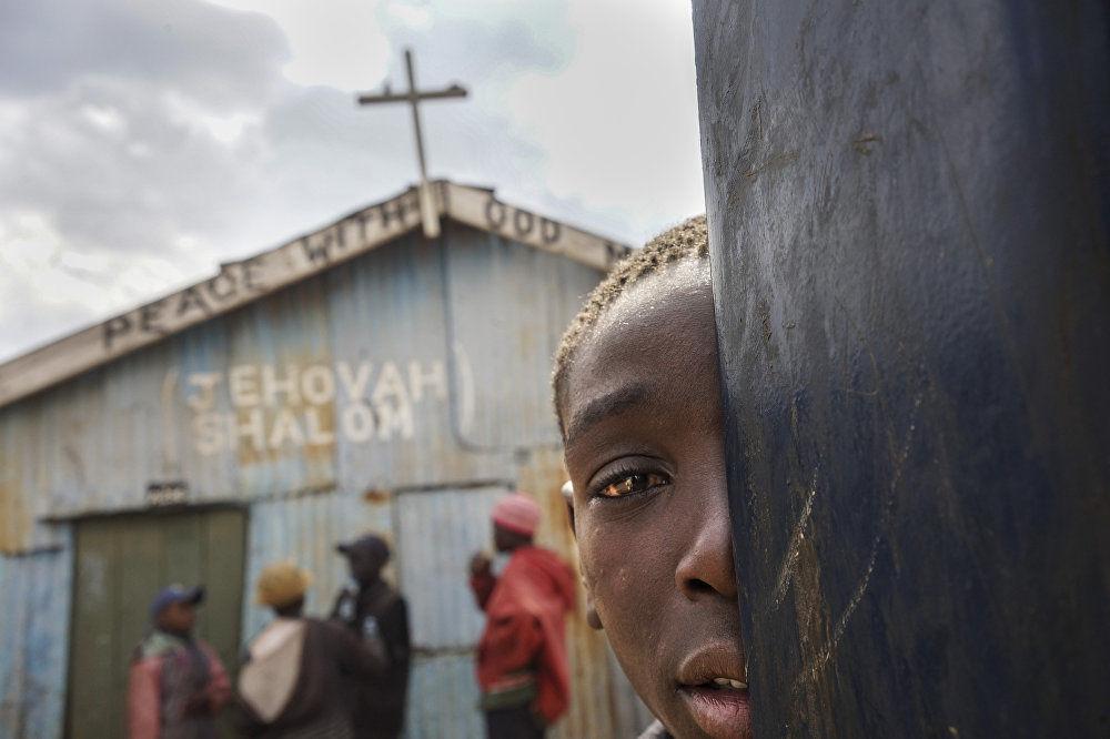 中國攝影師Yiheng Cheng作品《教堂之外的平民窟兒童》