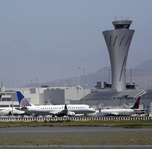 他在飞机于美国旧金山机场降落后通过紧急出口从飞机跳出.