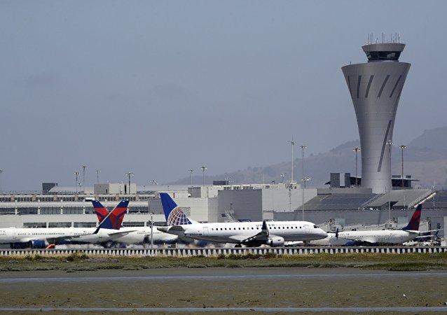 一从巴拿马飞抵美国的青年从机翼跳离飞机