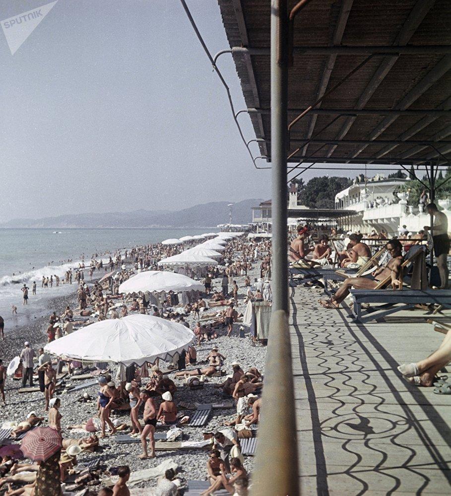 索契「藍色海岸」療養院的沙灘,1960年。