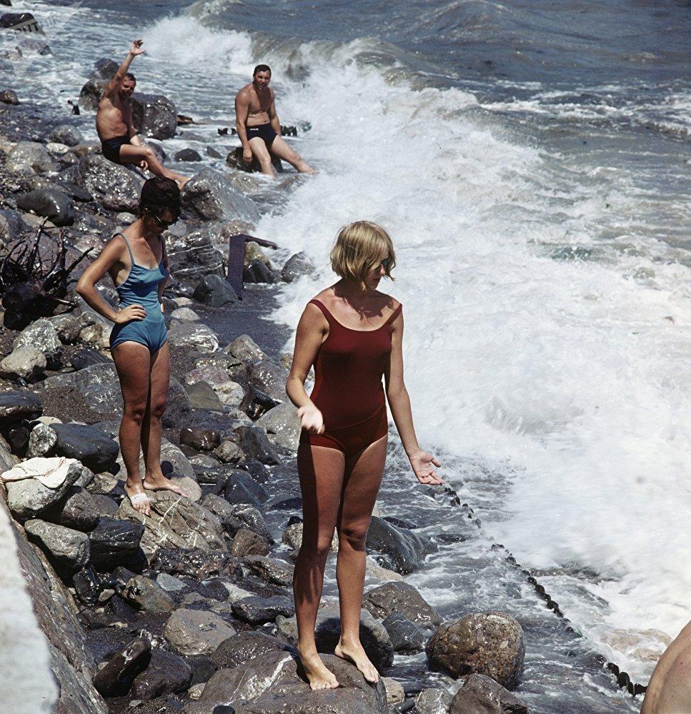 在雅尔塔海滩上休息的人们,1966年。