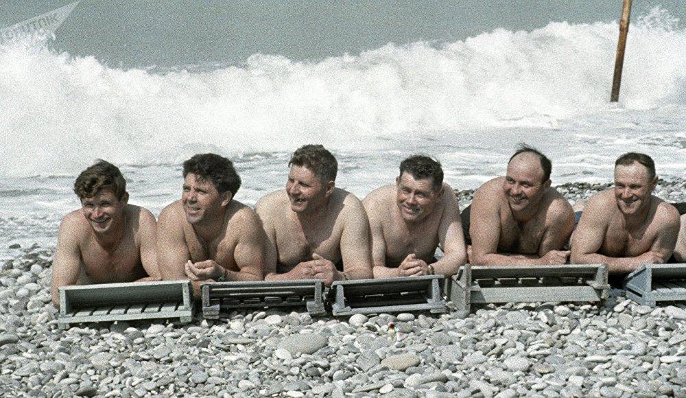 """索契""""静静的顿河""""疗养院的海滩,1970年。"""