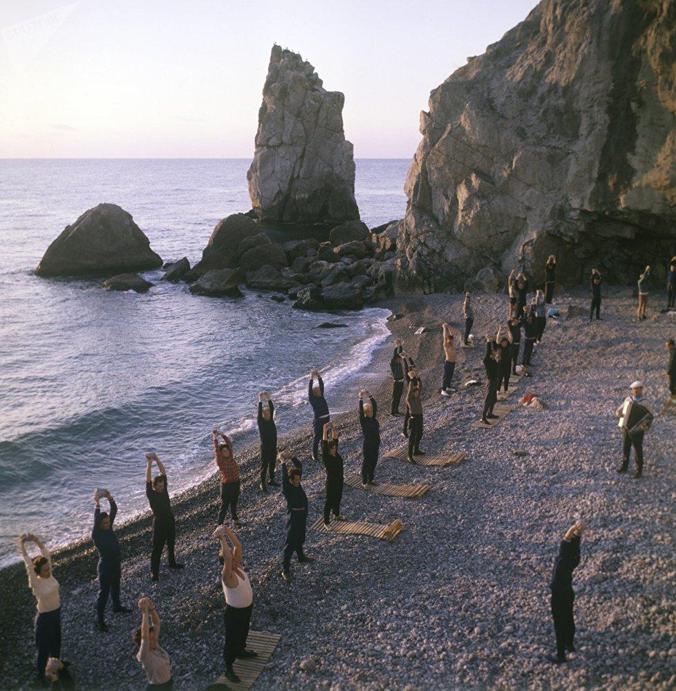海滩上晨练,1978年。