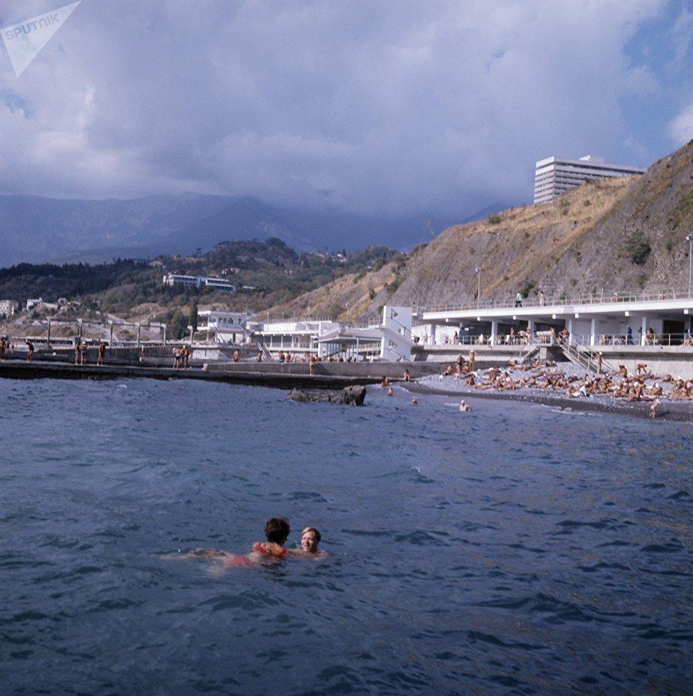 """阿卢什塔""""杜布纳""""疗养院的海滩,克里米亚,1980年。"""