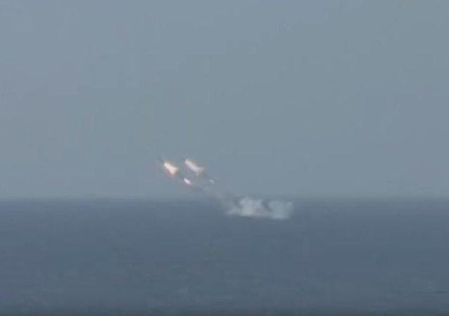 来自水下的攻击——国防部展示从水下潜艇发射巡航导弹的视频
