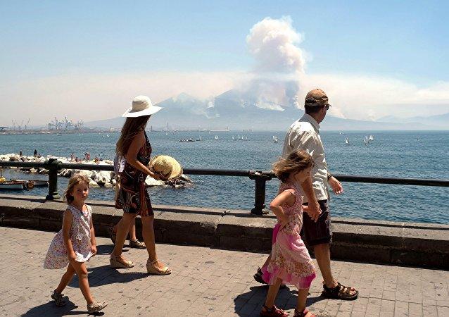 意大利维苏威火山苏醒引发山火:游客夺路而逃