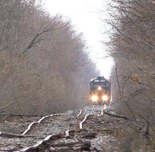 厉害了!如此坑洼的铁路也能走火车?