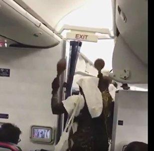 Нигерийский ритуал на борту самолета