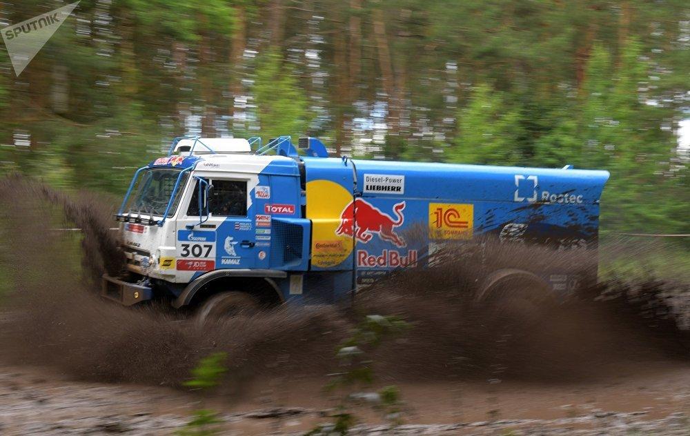 「絲綢之路-2017」拉力賽的第二階段,「卡瑪斯大師」車隊的汽車馳騁在韃靼斯坦共和國的公路上。