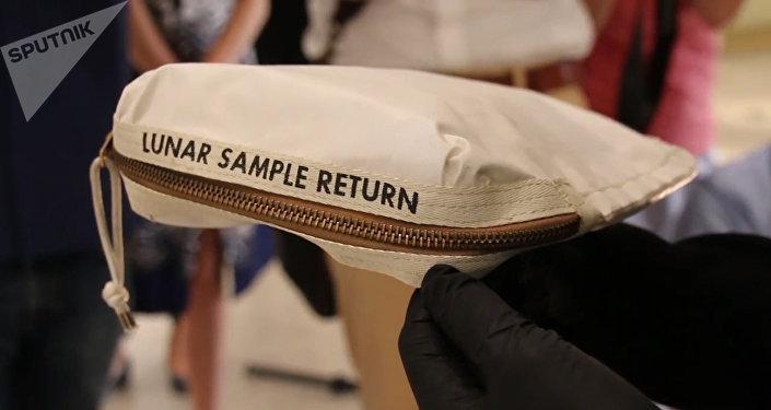 尼爾•阿姆斯特朗的一個沾有月球塵土的包在美國被拍賣