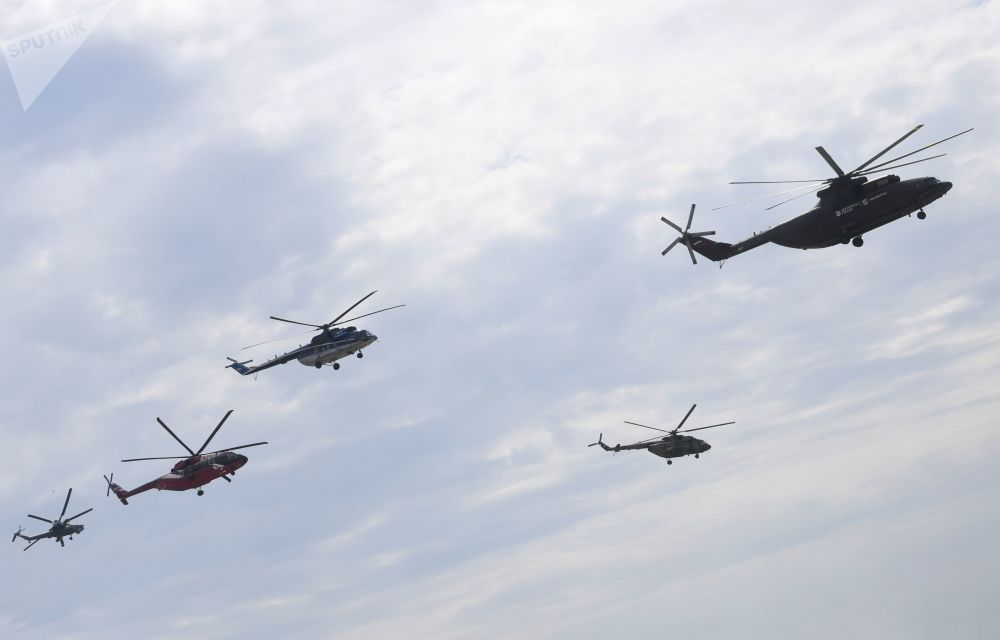 MAKS-2017开幕前正在练习的米-26、米-8、米-8、米-38和米-28N直升机(从右至左)。