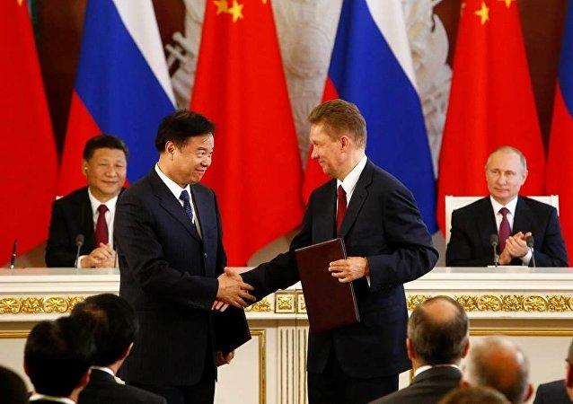 中国石油天然气总公司董事长王义林,俄罗斯天然气工业股份公司行政总裁阿列克谢·米勒出席莫斯科签约仪式