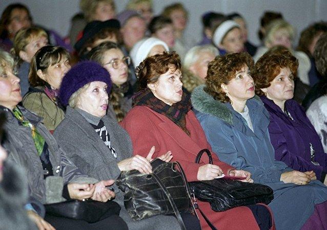 很多女性在观看假巫师进行巫术表演/资料图片/