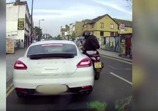 伦敦四名歹徒趁堵车对保时捷司机实施抢劫(视频)
