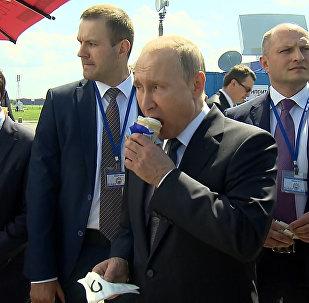 普京參觀航展期間請政府成員吃冰淇淋
