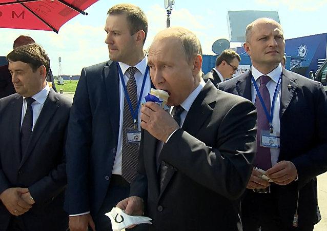 普京参观航展期间请政府成员吃冰淇淋