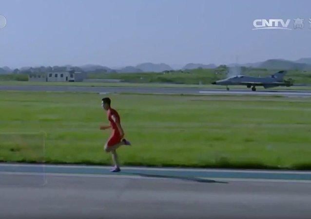 中国田径运动员跑赢教练机 (视频)