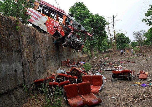 印度北部客车事故造成