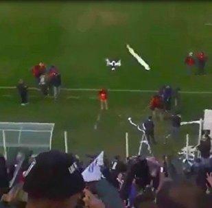 球迷嫌无人机碍眼用卷筒纸将其击落