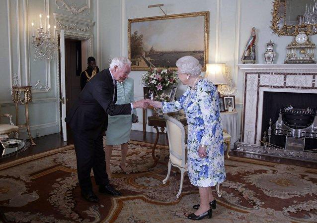 加拿大总督违反礼仪触碰到英国女王