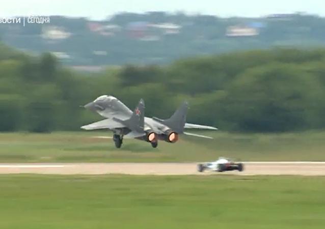 一级方程式赛车与米格-29:2017莫斯科国际航展(MAKS-2017)上的速度竞技