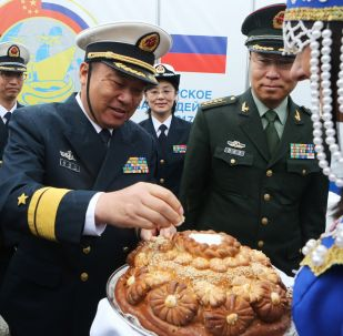 中國海軍官兵在波羅的斯克港舉行的隆重歡迎儀式上。