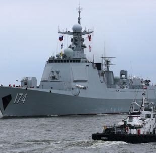 """俄中两国海军在演习中协助""""遇险的""""潜艇"""