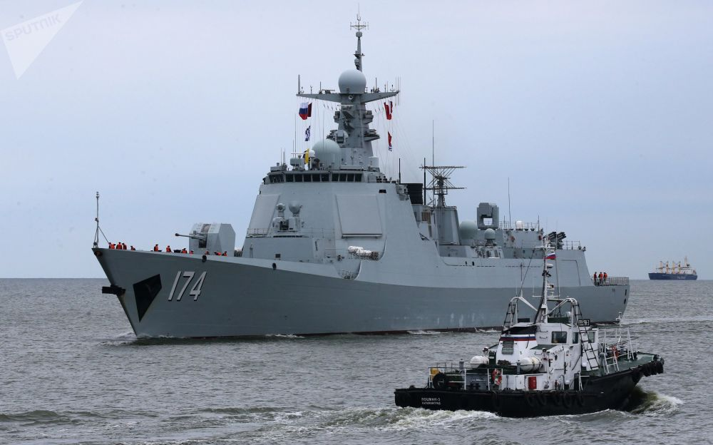"""抵达波罗的斯克港的中国海军舰艇编队中的""""合肥""""号导弹驱逐舰。"""