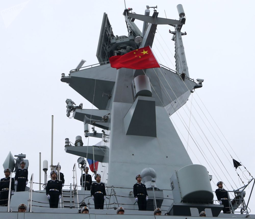 """中国海军""""运城""""号导弹护卫舰在波罗的斯克港。"""